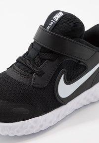 Nike Performance - REVOLUTION 5 UNISEX - Hardloopschoenen neutraal - black/white/anthracite - 2