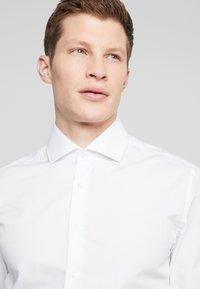 Seidensticker - SLIM SPREAD KENT PATCH - Kostymskjorta - light blue - 4