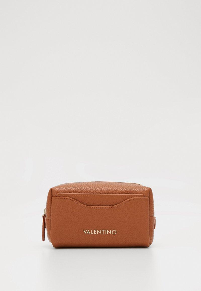 Valentino by Mario Valentino - SUPERMAN - Toalettmappe - cuoio