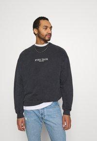Kaotiko - UNISEX CREW TIE DYE EYES TALK - Sweatshirt - black - 2