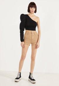 Bershka - UND UMGESCHLAGENEM SAUM  - Denim shorts - brown - 2