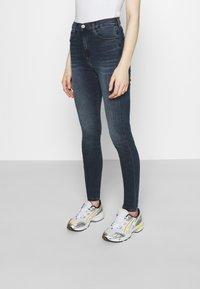 Tommy Jeans - SYLVIA SKNY ABBS - Jeans Skinny Fit - blue-black denim - 0