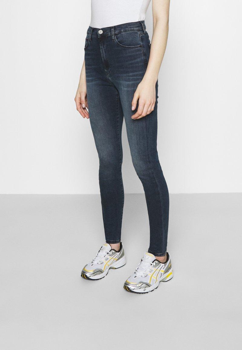 Tommy Jeans - SYLVIA SKNY ABBS - Jeans Skinny Fit - blue-black denim