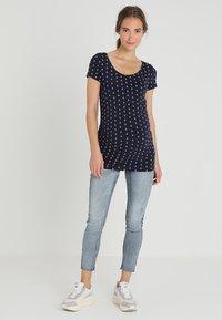 Zalando Essentials Maternity - T-shirt z nadrukiem - maritime blue/white - 1