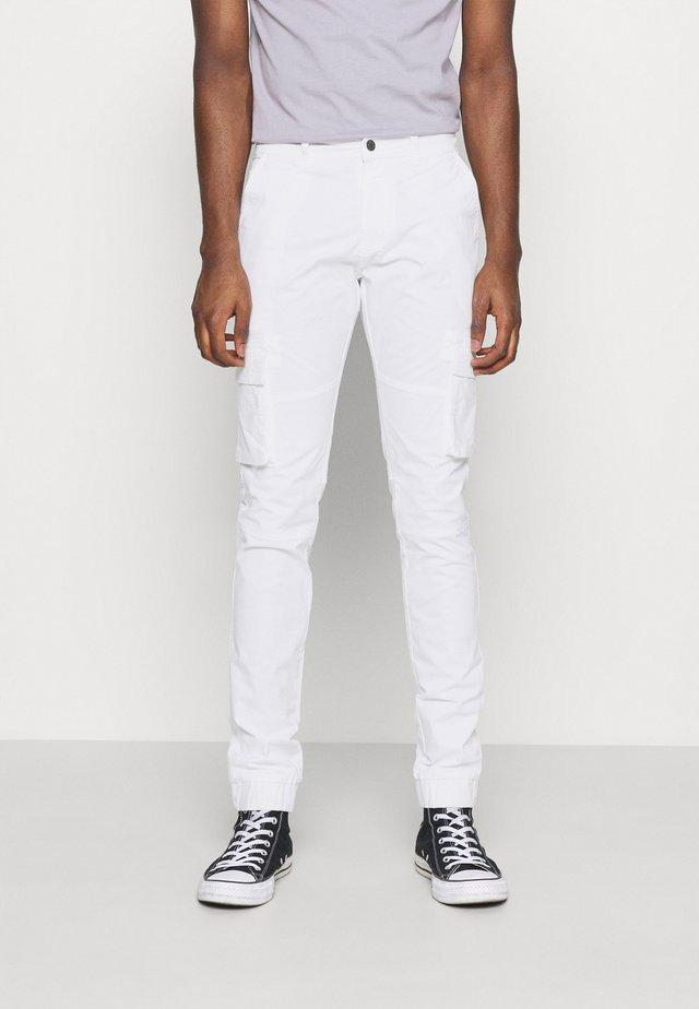 PANT - Pantalones cargo - white