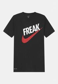 Nike Sportswear - GIANNIS FREAK - Camiseta estampada - black - 0