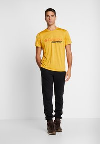 Columbia - TRINITY TRAIL™ GRAPHIC TEE - Print T-shirt - bright gold - 1