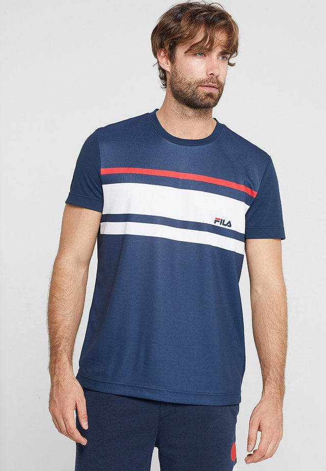 TREY - T-shirt imprimé - peacoat blue / white / fila red