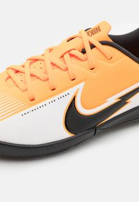 Nike Performance - MERCURIAL JR VAPOR 13 ACADEMY IC UNISEX - Indoor football boots - laser orange/black/white - 5