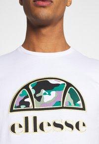 Ellesse - HEBBER - T-shirt z nadrukiem - white - 7