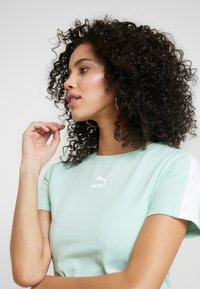 Puma - CLASSICS  - T-shirt imprimé - mist green - 4