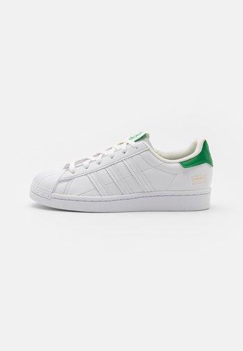 SUPERSTAR UNISEX - Zapatillas - footwear white/offwhite/green
