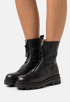 EVIE - Kotníkové boty na platformě - black