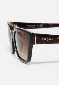 VOGUE Eyewear - Aurinkolasit - dark havana - 3