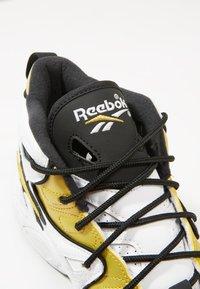 Reebok Classic - AVANT GUARD TRANSITION BRIDGE SHOES - Baskets montantes - white/gold metallic/black - 5