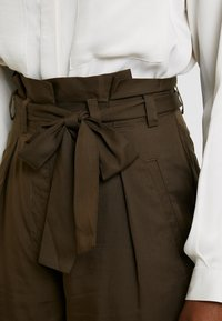 Great Plains London - BEAU BELT - Trousers - dark olive - 4