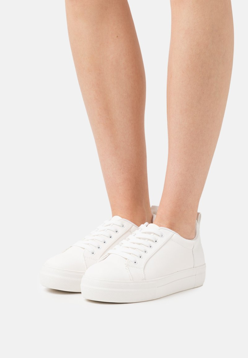 Miss Selfridge Wide Fit - WIDE FIT TRICKY CROC DOUBLE SOLE TRAINER - Sneakersy niskie - white