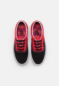 Vans - ERA UNISEX  - Sneakersy niskie - black/high risk red - 3