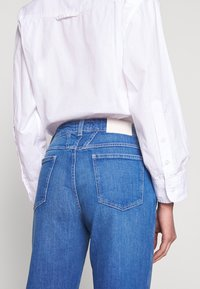 CLOSED - PEDAL PUSHER HIGH WAIST CROPPED LENGTH - Džíny Relaxed Fit - mid blue - 3