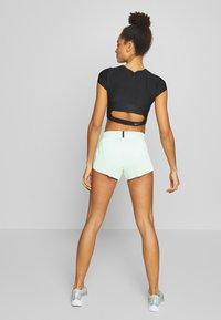 Nike Performance - AEROSWIFT - Pantalón corto de deporte - vapor green/black - 2