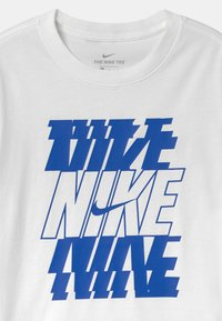 Nike Sportswear - STACK  - Print T-shirt - white/game royal - 2