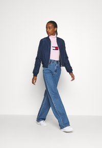 Tommy Jeans - FLAG ROLL NECK - Svetr - romantic pink - 1