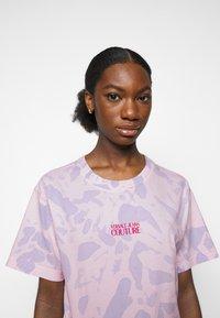 Versace Jeans Couture - Triko spotiskem - blue bell/pink confetti - 3