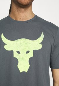 Under Armour - ROCK BRAHMA BULL - T-shirt con stampa - pitch gray - 3