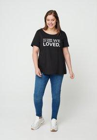 Zizzi - Print T-shirt - black - 1