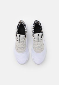 Nike Performance - REVOLUTION 5 PRM - Nøytrale løpesko - white/black/light bone/light brown - 3