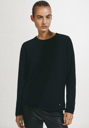 AUS 100% KASCHMIR MIT RUNDAUSSCHNITT  - Sweter - black