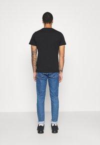 Tommy Jeans - CONTRAST POCKET TEE  - T-shirt z nadrukiem - black - 2