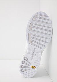 Nike Sportswear - AIR MAX PLUS III - Sneakersy niskie - white/vast grey - 4