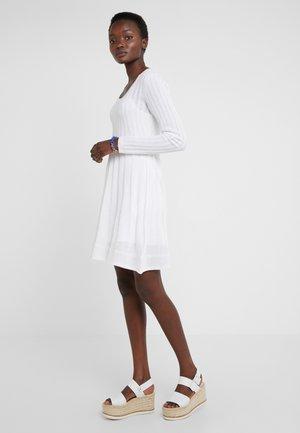 ABITO - Strikket kjole - white