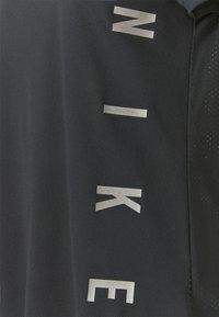 Nike Performance - RUN MILER  - Camiseta estampada - black/particle grey/silver - 6