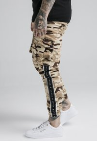 SIKSILK - FITTED TAPED CARGO - Cargo trousers - desert - 4