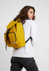 Vans - GEOMANCER II BACKPACK - Sac à dos - golden palm - 1