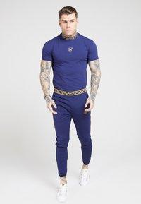 SIKSILK - TAPE COLLAR GYM TEE - T-shirt basic - navy/gold - 1