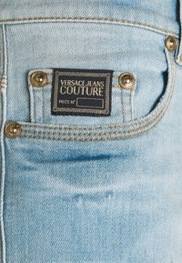 Versace Jeans Couture - SIOUX  - Jeans Tapered Fit - light blue denim - 8