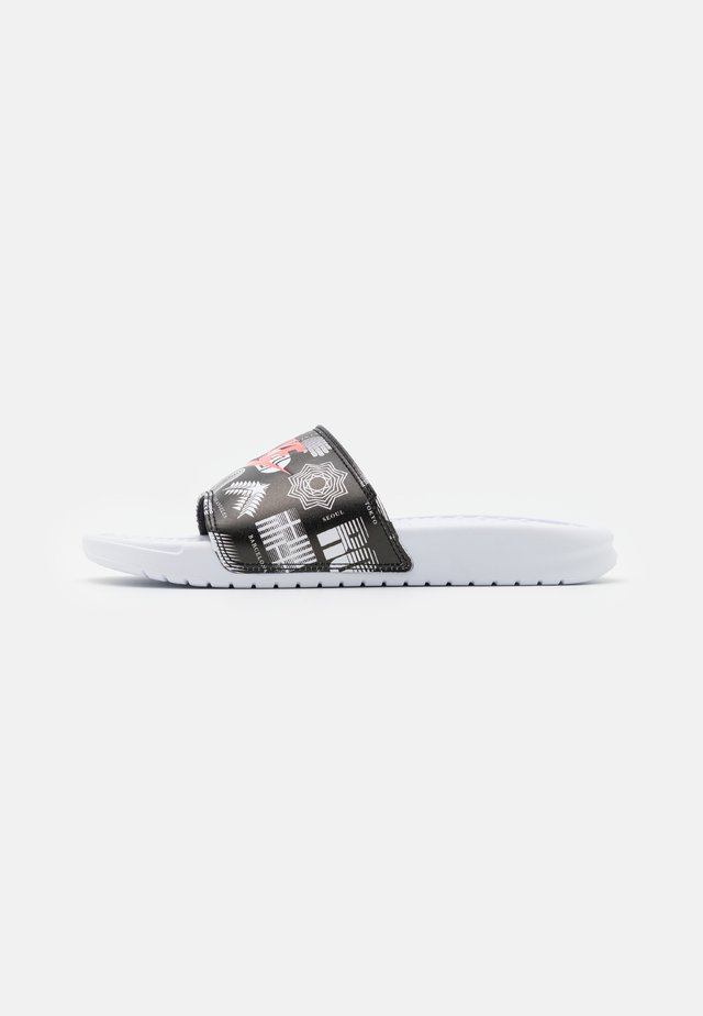 BENASSI JDI PRINT UNISEX - Mules - white/university red/black