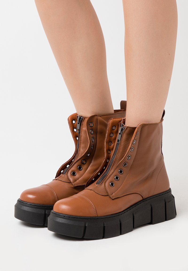 Mis Pepas - ZIPPER - Platform ankle boots - atenea tobaco