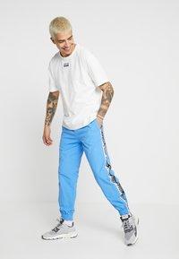 adidas Originals - REVEAL YOUR VOICE TEE - T-shirt - bas - core white - 1