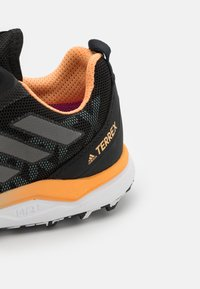 adidas Performance - TERREX AGRAVIC GTX - Løpesko for mark - core black/grey four/hazy orange - 5