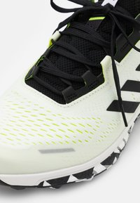 adidas Performance - TERREX AGRAVIC FLOW RUNNING - Löparskor terräng - footwear white/core black/solar yellow - 5