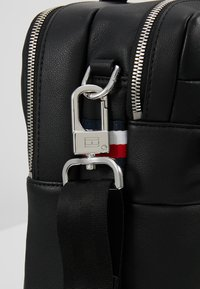 Tommy Hilfiger - NOVELTY MIX WORKBAG - Aktovka - black - 5