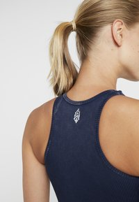 Free People - FP MOVEMENT SEAMLESS ROXY TANK - Toppi - navy - 4