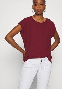 Vero Moda - VMAVA PLAIN - T-shirt basic - cabernet - 3