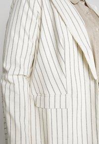 Vince Camuto Plus - STRIPE FRINGE TRIM - Krátký kabát - white - 5