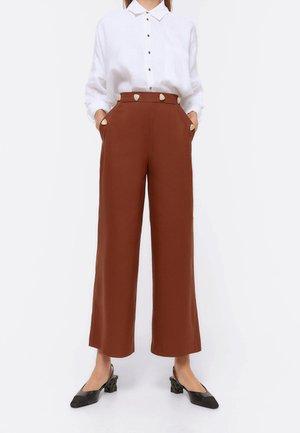 MIT KONTRASTKNÖPFEN 00108260 - Kalhoty - brown