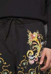 Versace Jeans Couture - HEAVY PANEL TUILLEREIS - Kraťasy - black - 3